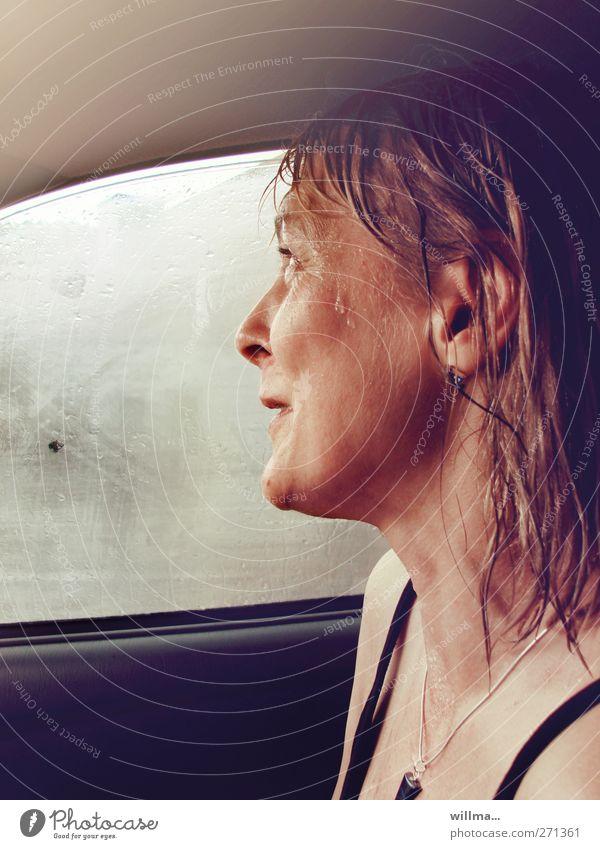 durchnässte frau nach dem regen, im auto sitzend und lachend Freude Frau Erwachsene Wassertropfen Regen PKW Autofenster Trägershirt Halskette Haare & Frisuren