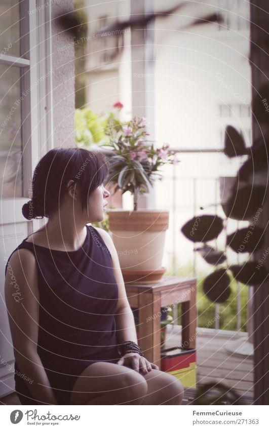 Wo bist du? Mensch Frau Jugendliche ruhig Erwachsene Erholung Fenster feminin Gefühle Junge Frau offen Freizeit & Hobby sitzen Treppe 18-30 Jahre nachdenklich