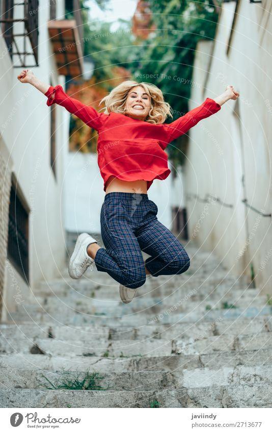 Fröhliche junge Frau auf schönen Stufen stehend Lifestyle Stil Freude Glück Haare & Frisuren Mensch feminin Junge Frau Jugendliche Erwachsene 1 18-30 Jahre