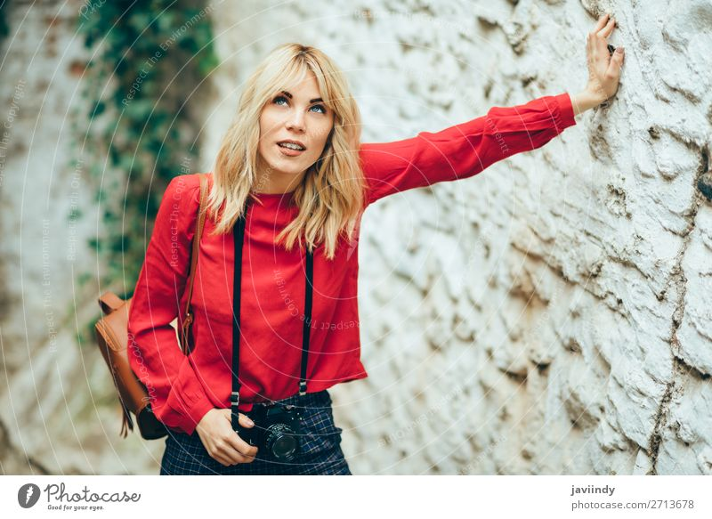 Frau Mensch Ferien & Urlaub & Reisen Jugendliche Junge Frau schön weiß 18-30 Jahre Straße Lifestyle Erwachsene feminin Glück Stil Tourismus Haare & Frisuren
