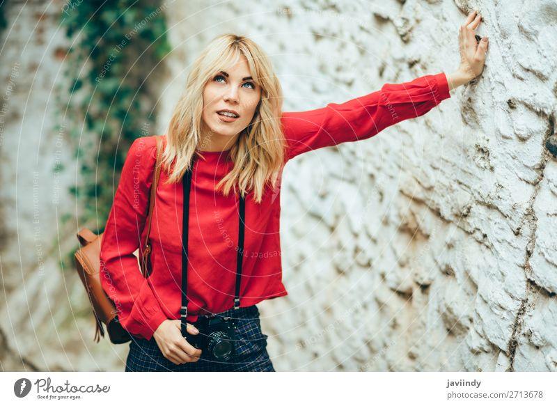 Junge Frau beim Fotografieren mit einer alten Kamera Lifestyle Stil Glück schön Haare & Frisuren Freizeit & Hobby Ferien & Urlaub & Reisen Tourismus Fotokamera