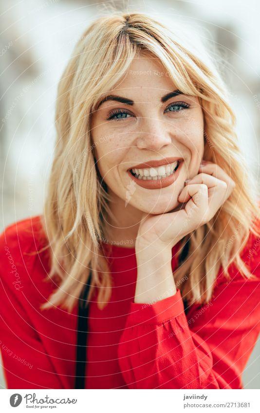 Frau Mensch Jugendliche Junge Frau schön weiß rot Freude Straße Lifestyle Erwachsene Herbst feminin Gefühle lachen Glück