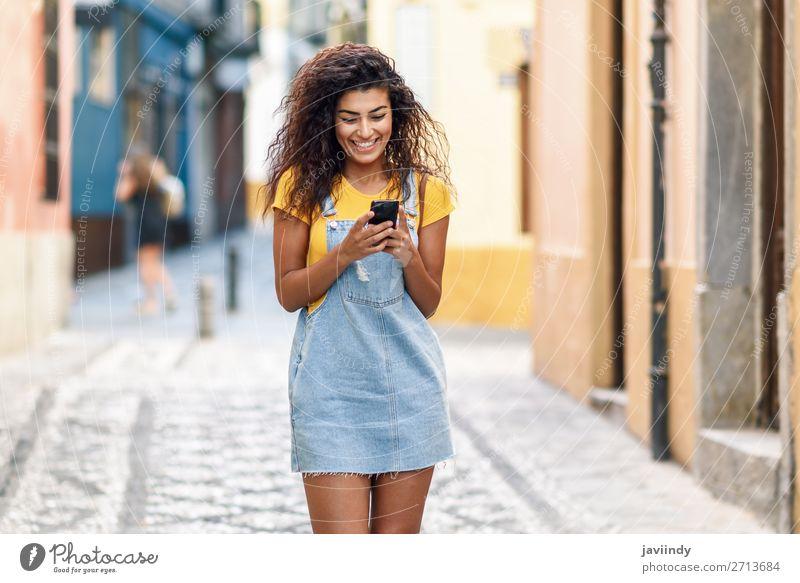 Frau Mensch Jugendliche Junge Frau schön Freude schwarz 18-30 Jahre Straße Lifestyle Erwachsene feminin Gefühle Glück Stil Haare & Frisuren