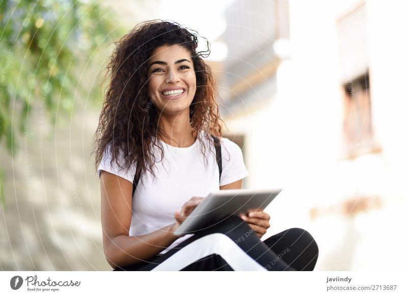 Frau Mensch Jugendliche Junge Frau schön schwarz 18-30 Jahre Straße Lifestyle Erwachsene Herbst feminin Glück Stil Tourismus Haare & Frisuren