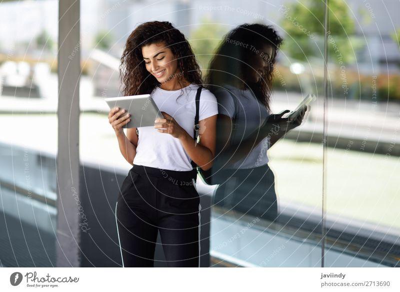 Junge arabische Frau mit digitalem Tablett im geschäftlichen Hintergrund. Lifestyle Stil Glück schön Haare & Frisuren Tourismus Technik & Technologie Internet