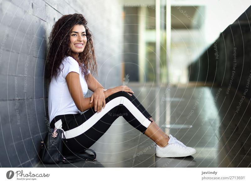 Frau Mensch Jugendliche Junge Frau schön schwarz 18-30 Jahre Gesicht Straße Lifestyle Erwachsene feminin Sport Glück Stil Mode