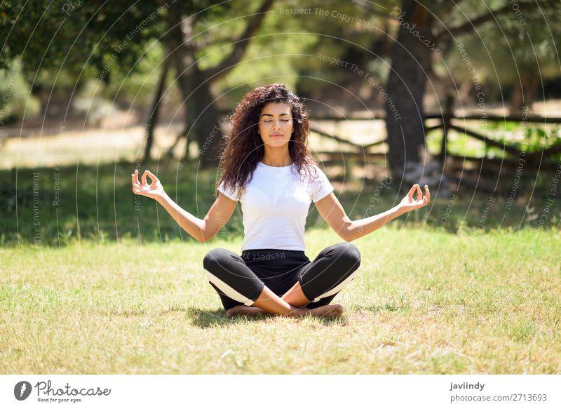 Frau Mensch Natur Jugendliche Junge Frau Sommer grün Erholung ruhig schwarz 18-30 Jahre Lifestyle Erwachsene feminin Sport Glück