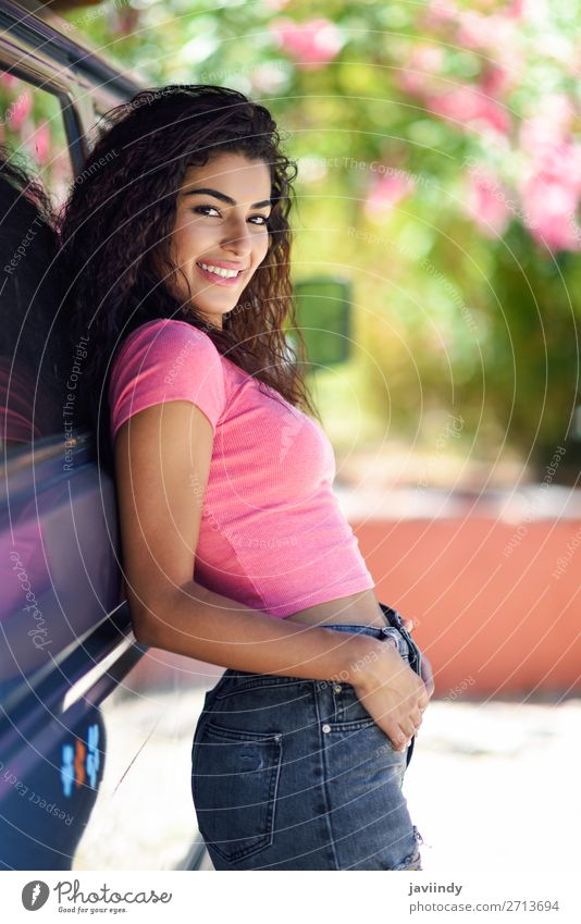 Frau im Wohnmobil in einem schönen Campingplatz mit rosa Blumen Lifestyle Stil Freude Glück Haare & Frisuren Freizeit & Hobby Ferien & Urlaub & Reisen Ausflug