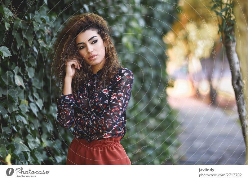 Schöne junge arabische Frau mit schwarzer lockiger Frisur. Lifestyle Stil schön Haare & Frisuren Mensch feminin Junge Frau Jugendliche Erwachsene 1 18-30 Jahre