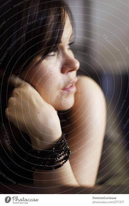 Aus dem Fenster blickend. Mensch Frau Jugendliche schön Einsamkeit Erwachsene Erholung feminin Traurigkeit Denken Junge Frau offen liegen Arme elegant