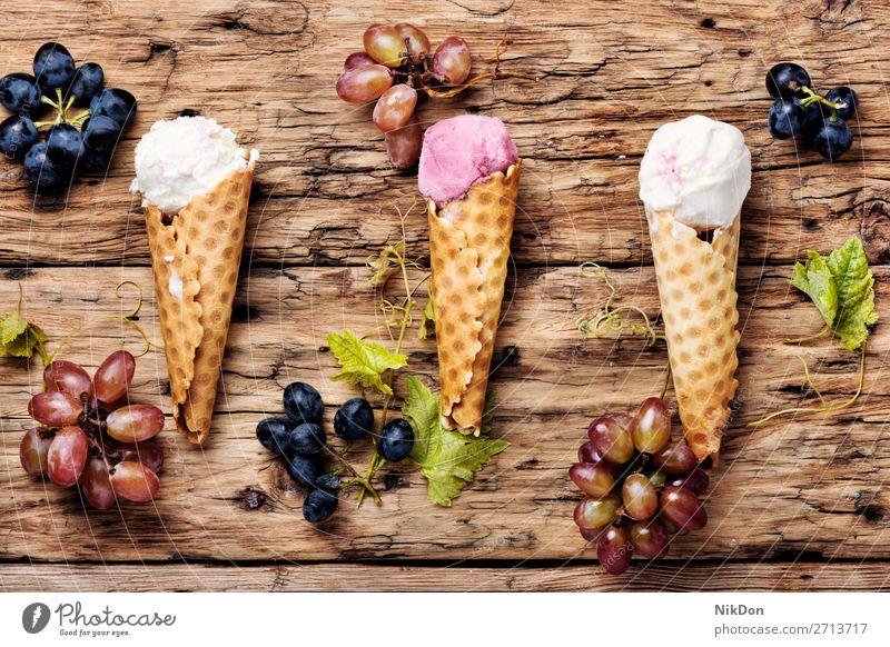 Eis mit Traubengeschmack Eiscreme Lebensmittel süß Beeren Vanille Waffel Dessert Sahne Traubeneis Sommer Geschmack lecker kalt Baggerlöffel Zapfen geschmackvoll