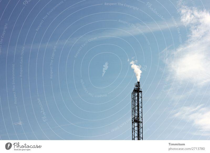 Zu Großem werden!? Industrie Technik & Technologie Himmel Wolken Schönes Wetter Metall Stahl blau schwarz weiß Schornstein Abgas Farbfoto Außenaufnahme