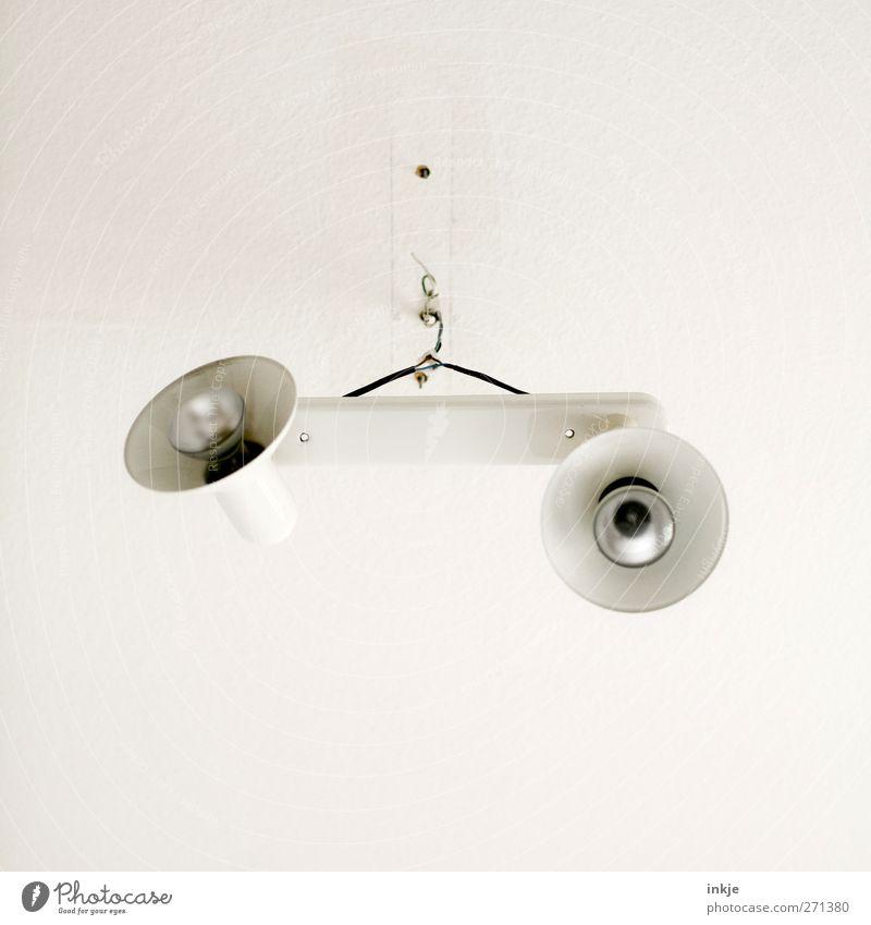 Was denn? Hält doch! Häusliches Leben Renovieren Innenarchitektur Lampe Raum Handwerk Baustelle Kabel Deckenlampe Menschenleer Zimmerdecke hängen bedrohlich