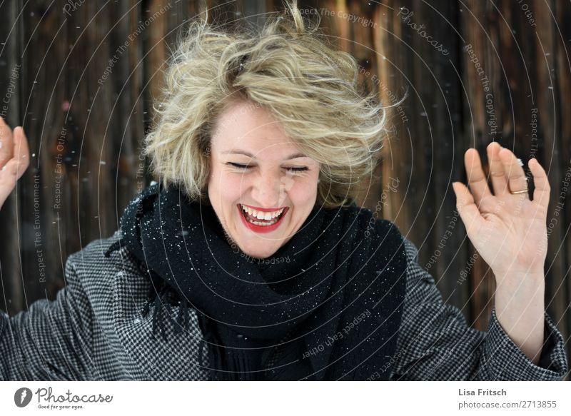 FREUDE LACHEN SCHNEE schön Ferien & Urlaub & Reisen Tourismus Winter Schnee Winterurlaub Frau Erwachsene 1 Mensch 18-30 Jahre Jugendliche Schneefall Schal blond