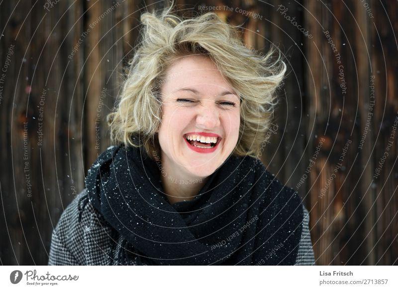 Herzliches Lachen, blond, kurzhaarig, windig, Schnee Gesundheit Frau Erwachsene 1 Mensch 18-30 Jahre Jugendliche Schal Locken lachen ästhetisch Fröhlichkeit