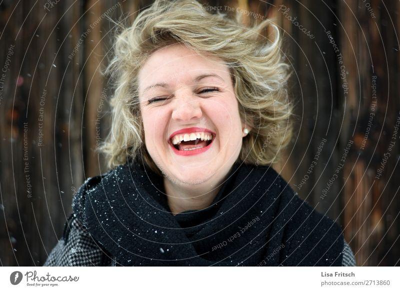 LACHEN - SCHNEE - ROTE LIPPEN schön Gesicht Lippenstift Ferien & Urlaub & Reisen Frau Erwachsene 1 Mensch 18-30 Jahre Jugendliche Ohrringe Schal blond