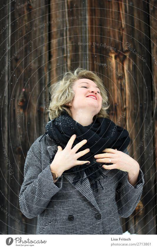 HERRLICH - SCHNEEFALL - GLÜCKLICH schön Gesundheit Winter Schnee Winterurlaub Frau Erwachsene 1 Mensch 18-30 Jahre Jugendliche Schneefall Mantel Schal blond