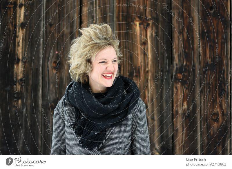 soviel Wind! Frau, blond, rote Lippen, Holzwand schön Ferien & Urlaub & Reisen Erwachsene 1 Mensch 18-30 Jahre Jugendliche Umwelt Sturm kurzhaarig Locken lachen