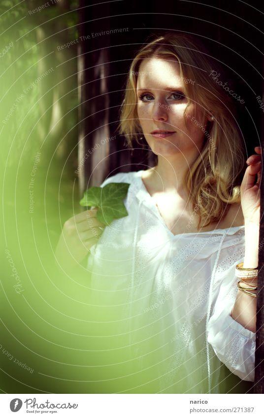 summertime V Mensch Frau Jugendliche Pflanze Sonne Sommer Blatt Einsamkeit Erwachsene feminin träumen Stimmung Zufriedenheit blond 18-30 Jahre Romantik