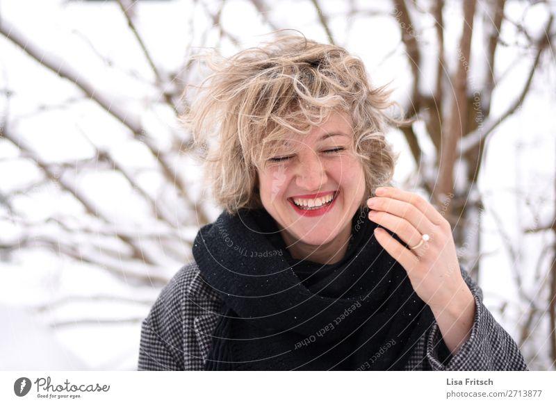 blond, kurzhaarig, lachen, Wind, Haare zersaust Lifestyle Stil schön Haare & Frisuren Frau Erwachsene 1 Mensch 18-30 Jahre Jugendliche Natur Schnee Baum Ring