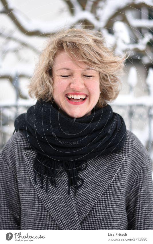 Lachen, geschlossene Augen, Winter, rote Lippen Frau Mensch Jugendliche schön Baum Freude Gesundheit 18-30 Jahre Lifestyle Erwachsene Schnee lachen Glück
