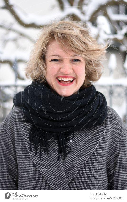 Freude, blonde Frau, roter Lippenstift schön Erwachsene 1 Mensch 18-30 Jahre Jugendliche Mantel Schal kurzhaarig Locken lachen ästhetisch Glück natürlich