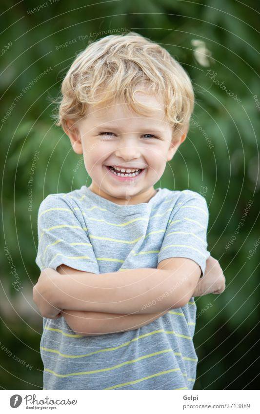Glückliches Kind mit blauem T-Shirt im Garten Freude schön Sommer Sonne Mensch Baby Kleinkind Junge Familie & Verwandtschaft Kindheit Natur Gras Park blond