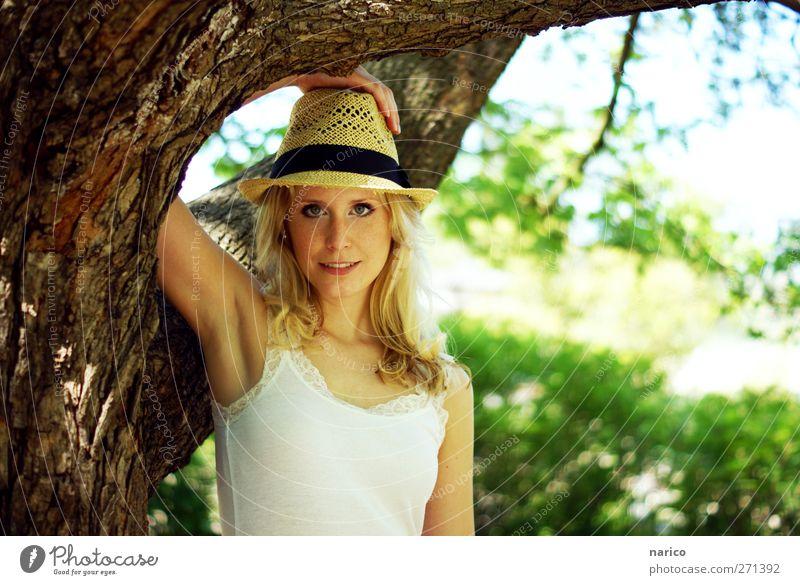 summertime X feminin Junge Frau Jugendliche Erwachsene 1 Mensch 18-30 Jahre Natur Pflanze Baum Hut Strohhut blond langhaarig Erholung Lächeln Blick Farbfoto