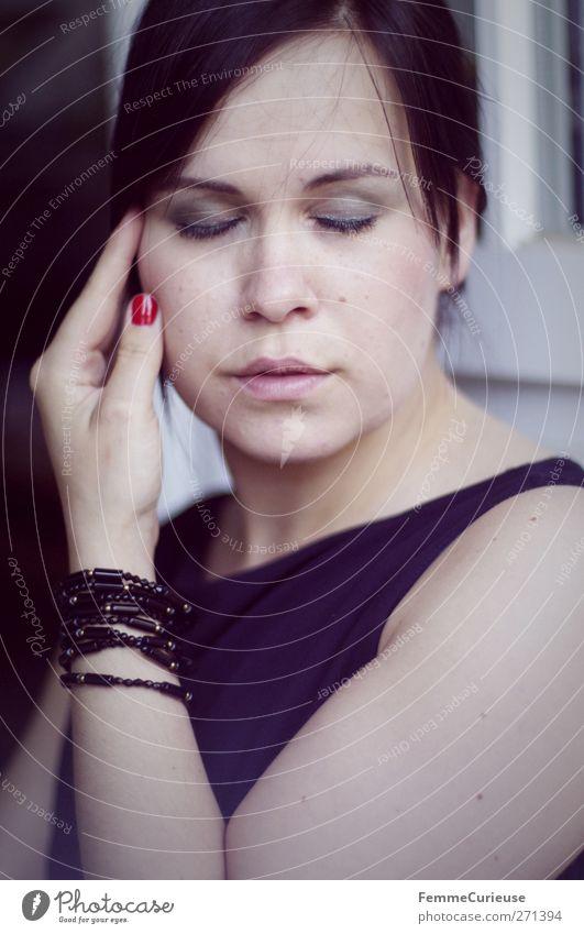 Zart. Mensch Frau Jugendliche blau Hand schön Erwachsene feminin Stil Junge Frau liegen elegant Haut 18-30 Jahre ästhetisch zart