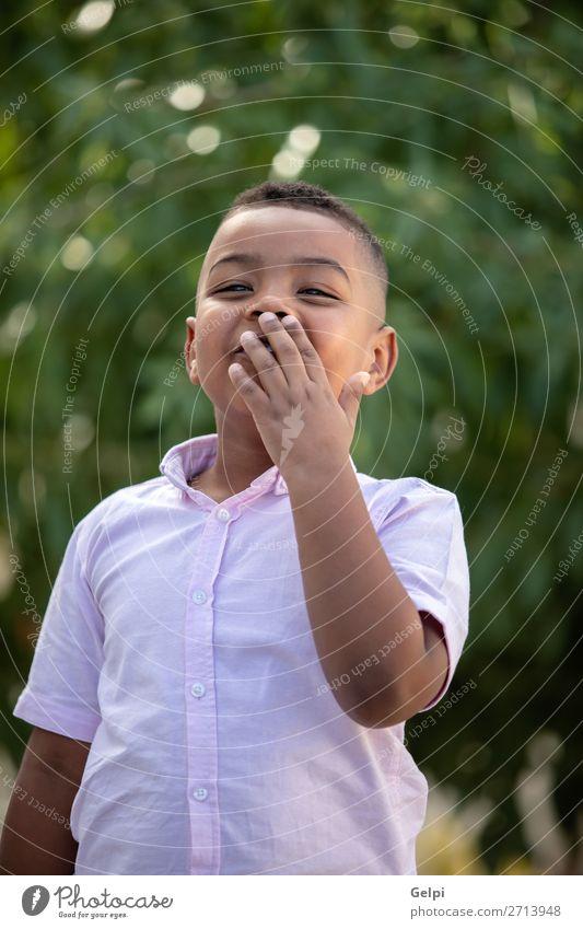 Überraschtes kolumbianisches Kind in einem Park Freude Glück schön Mensch Baby Junge Mann Erwachsene Kindheit Natur Lächeln lachen lustig niedlich Gefühle