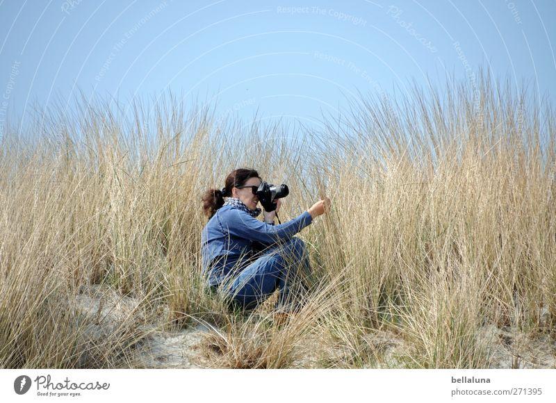Hiddensee | Fotogräfin Mensch Frau Himmel Jugendliche blau Pflanze Erwachsene gelb feminin Leben Küste Sand braun Junge Frau Körper Fotografie