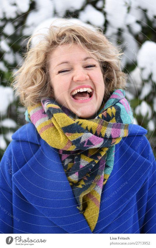 Welch Freude.. blond, lachen, bllaue Jacke, bunter Schal Lifestyle schön Ferien & Urlaub & Reisen Winter Schnee Frau Erwachsene 1 Mensch 18-30 Jahre Jugendliche