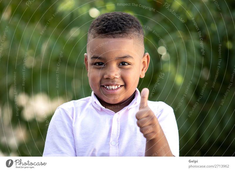Glückliches Kind bedeckt seine Augen Lifestyle Freude Gesicht Spielen Mensch Junge Mann Erwachsene Kindheit Fröhlichkeit klein lustig niedlich schwarz Gefühle