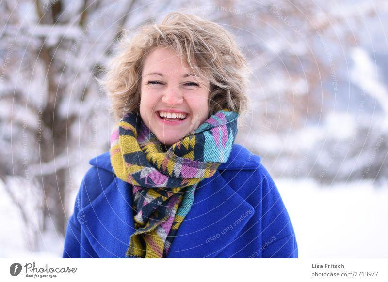 Lachen, blond, bunter Schal, blauer Mantel, Freude Frau Mensch Ferien & Urlaub & Reisen Jugendliche schön Baum Erholung Winter Gesundheit 18-30 Jahre Erwachsene