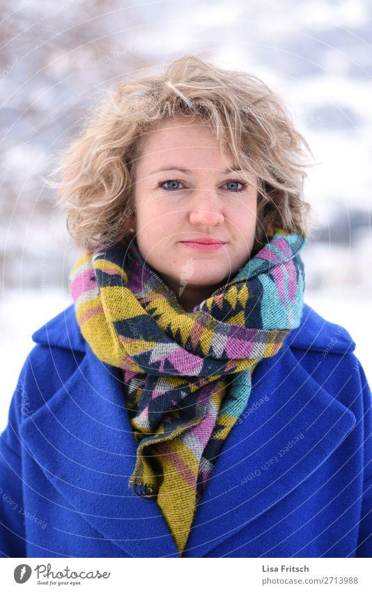 bunter Schal, Locken, blond, blauer Mantel schön Ferien & Urlaub & Reisen Frau Erwachsene 1 Mensch 18-30 Jahre Jugendliche Winter Schnee kurzhaarig beobachten