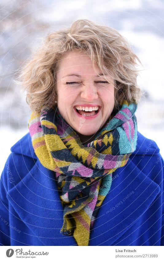 Voller Freude und Farbe! Blonde Frau, lachen, bunt Stil schön Gesundheit Tourismus Erwachsene 1 Mensch 18-30 Jahre Jugendliche Mantel Schal blond kurzhaarig