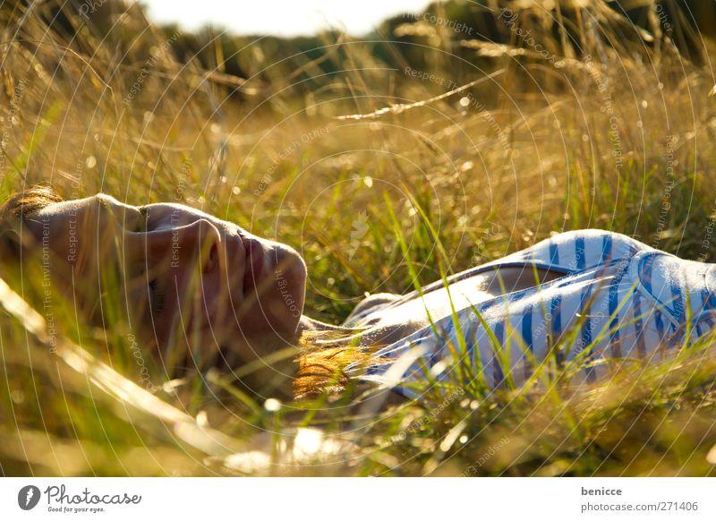 Grüngras Frau Mensch Jugendliche Junge Frau liegen Gras Wiese Natur Außenaufnahme Erholung schlafen Zufriedenheit Ferien & Urlaub & Reisen Heimat zuhause