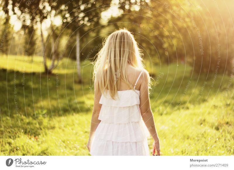 Sommer-Ding feminin Junge Frau Jugendliche Erwachsene Kopf Haare & Frisuren Rücken Arme 1 Mensch 18-30 Jahre Kleid blond langhaarig Bewegung wandern frei