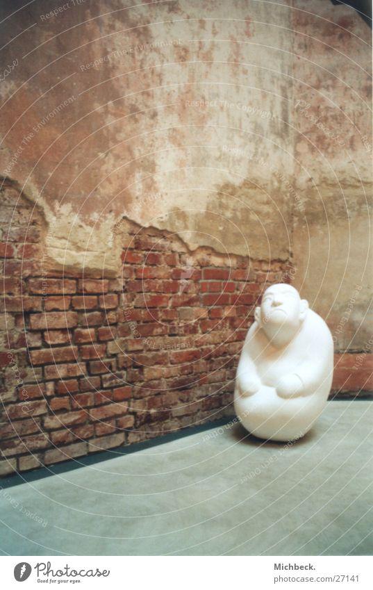 Männlein Ausstellung Wand weiß obskur Kunstakademie Statue Einsamkeit