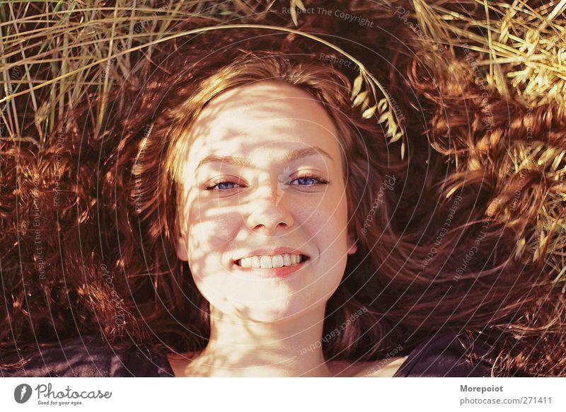 Lächeln Junge Frau Jugendliche Erwachsene Kopf Haare & Frisuren Gesicht Auge Lippen 1 Mensch 18-30 Jahre Natur Gras Nutzpflanze rothaarig langhaarig liegen