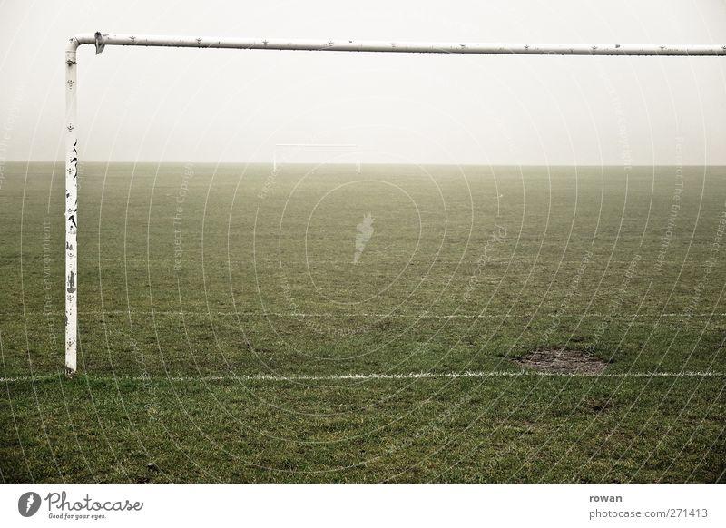 bolzplatz alt grün dunkel Wiese kalt Spielen Regen Wind Nebel Freizeit & Hobby Fußball leer trist Fitness Unwetter Tor