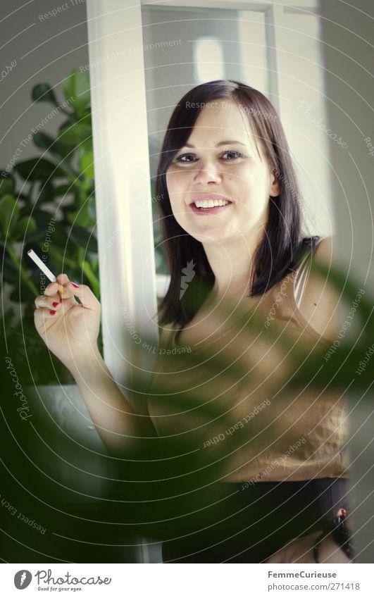 Zuhause. Lifestyle Häusliches Leben Wohnung feminin Junge Frau Jugendliche Erwachsene 1 Mensch 18-30 Jahre Zufriedenheit Rauchen Zigarette brünett zierlich dünn