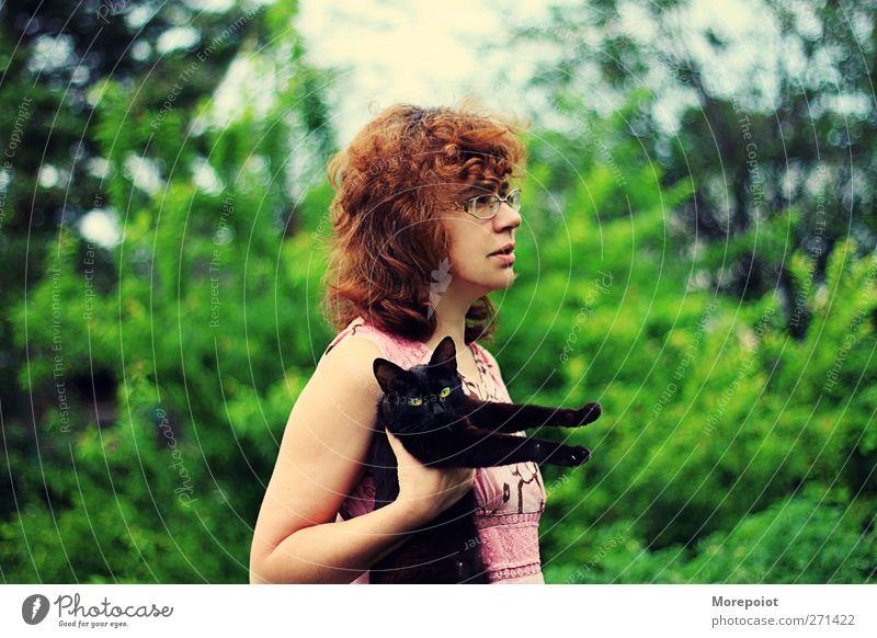 Schwarze Katze feminin Frau Erwachsene Körper Haare & Frisuren Arme 1 Mensch 30-45 Jahre Natur Sommer Schönes Wetter Baum Garten Park brünett kurzhaarig Locken