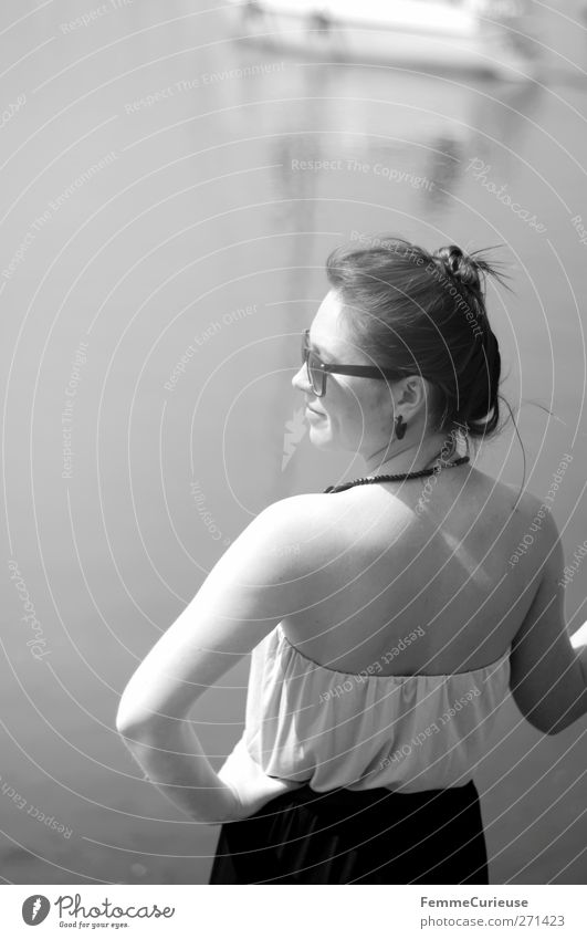 Am Yachthafen. Mensch Frau Jugendliche Ferien & Urlaub & Reisen schön Sonne Sommer Meer Erwachsene Ferne feminin Freiheit Stil See Junge Frau Zufriedenheit