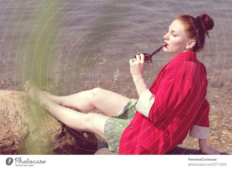 La vita è bella. Mensch Frau Jugendliche schön rot Sonne Sommer Meer Strand Erwachsene feminin Wärme Stein Stil Mode Junge Frau