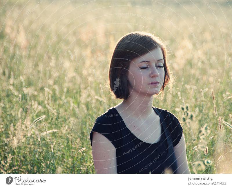 moment mal. 2 Mensch Natur Jugendliche schön Pflanze Sonne Sommer ruhig Gesicht Erwachsene Erholung Umwelt Wiese feminin Gras Junge Frau
