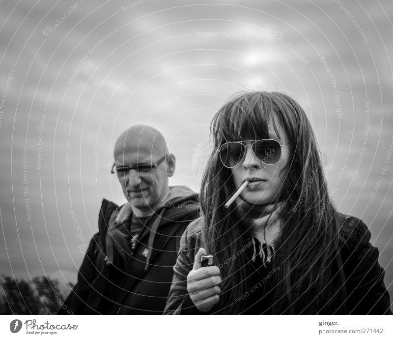 Hiddensee | It's only Rock'n Roll Mensch maskulin feminin Frau Erwachsene Mann Jugendliche Leben 2 18-30 Jahre 45-60 Jahre Rauchen Feuerzeug anzünden bedeckt