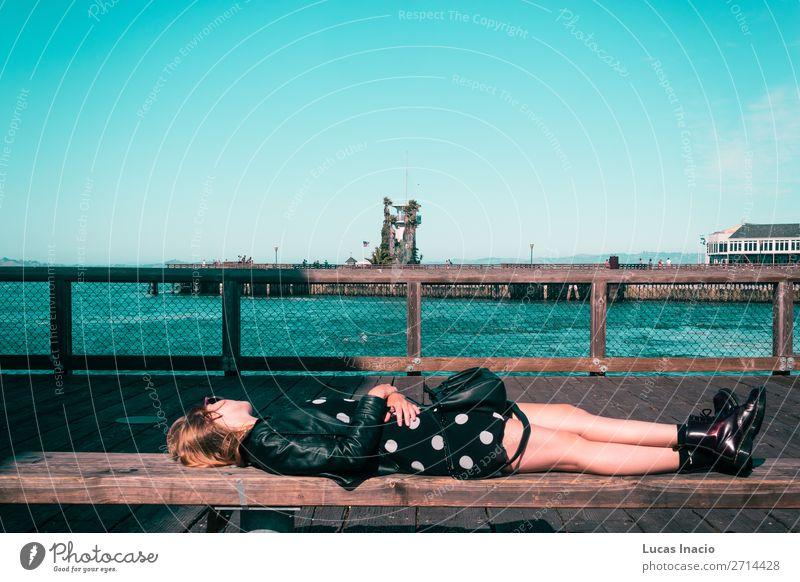 Mädchen, das auf einer Bank in San Francisco, Kalifornien, liegt. Ferien & Urlaub & Reisen Tourismus Sommer Strand Meer Mensch Junge Frau Jugendliche Erwachsene
