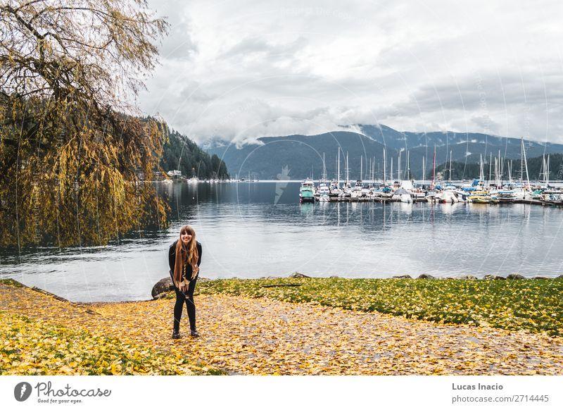 Mädchen an der Deep Cove in North Vancouver, BC, Kanada Glück Berge u. Gebirge Mensch Junge Frau Jugendliche Erwachsene 1 Umwelt Natur Landschaft Himmel Wolken