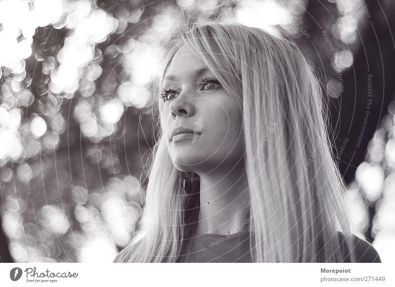 Elen feminin Junge Frau Jugendliche Kopf Haare & Frisuren 1 Mensch 18-30 Jahre Erwachsene Sommer Schönes Wetter Blitze blond langhaarig genießen hören Blick